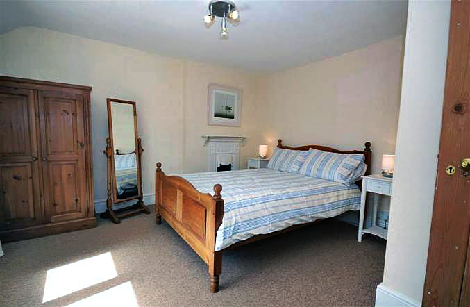 Boathouse Cottage is in Frogmore, Devon